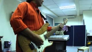 Rosli Mohalim Santai Main Gitar