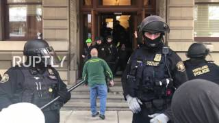 USA: Protesters storm Portland City Council calling for mayor