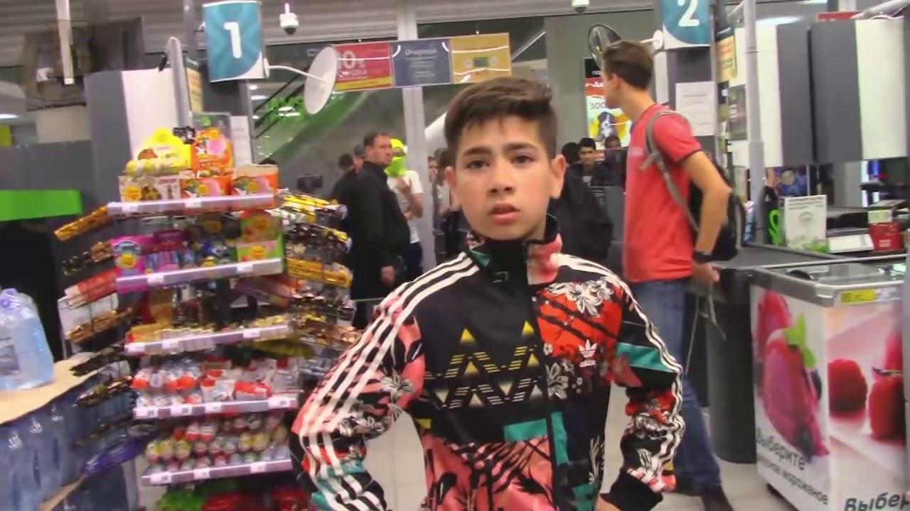 В торговом центре Саратова несовершеннолетние напали на посетителей