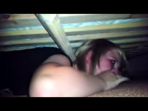 Девушка залезла под кровать, чтобы узнать, изменяет ли ей ее парень… Результат поверг ее в ужас!