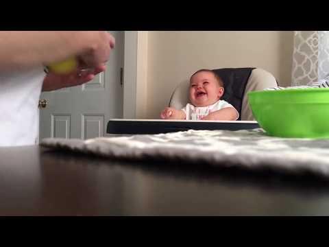 Потешный малыш заразительно смеется