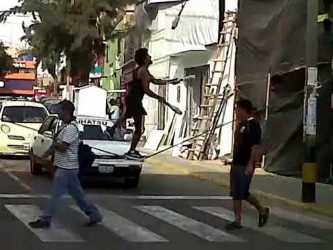 Trapecista de semaforo en Tacna