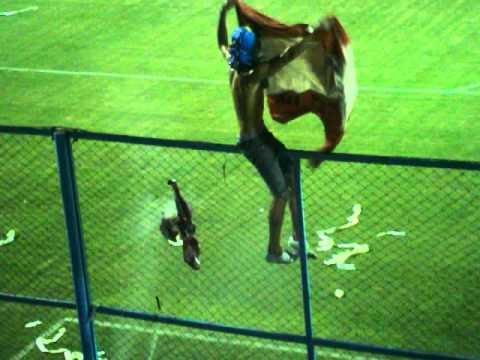 """""""Atletico de Rafaela - Union de Santa Fe, Barra los trapos quema camiseta del tate."""" Barra: La Barra de los Trapos • Club: Atlético de Rafaela"""