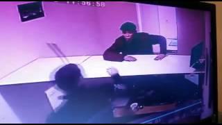 Смотреть онлайн Неизвестный вонзил нож в голову мужчины (18+)