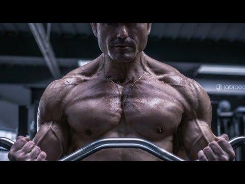 Les muscles des fesses comme gonfler dans la salle de musculation