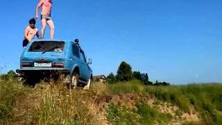 Смотреть онлайн Эпический неудачник прыгает в воду с нивы