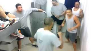 Fight Video .Жесть!!Разборка в тюремной камере!!