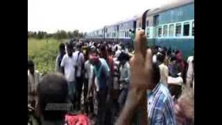 В Индии поезд на полном ходу врезался в толпу людей