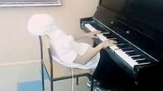 Смотреть онлайн Парень играет мелодию Титаника с закрытыми глазами