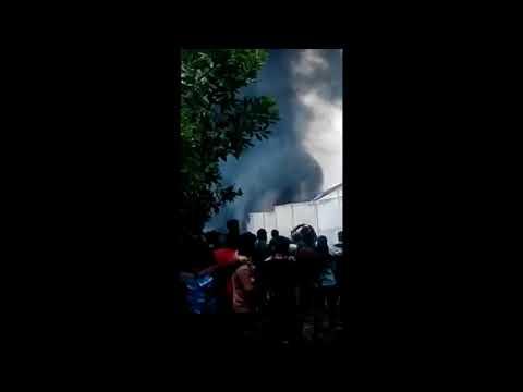 3 Jam Petugas Berjibaku Padamkam Kebakaran Gudang Pengolahan Minyak di Dumai