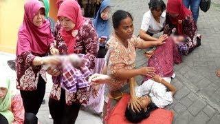 Seorang Ibu di Surabaya Melahirkan di Tengah Jalan Kampung, Dibantu Warga dengan Alat Seadanya