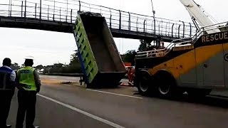 Tertabrak Truk Berat, JPO Tol Tangerang Hancur hingga Bengkok
