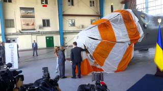 Порошенко сдернул покрывало с самолета Ан-30Б
