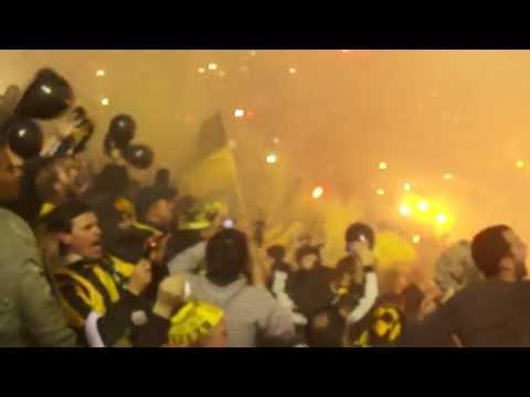 """""""Barra Amsterdam: Final Copa Libertadores 2011   PEÑAROL vs Santos   Recibimiento"""" Barra: Barra Amsterdam • Club: Peñarol"""