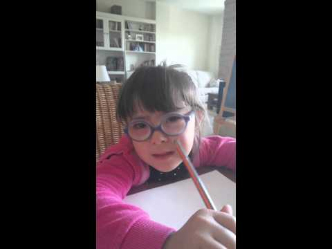 Ver vídeoVioleta escribe con cinco años