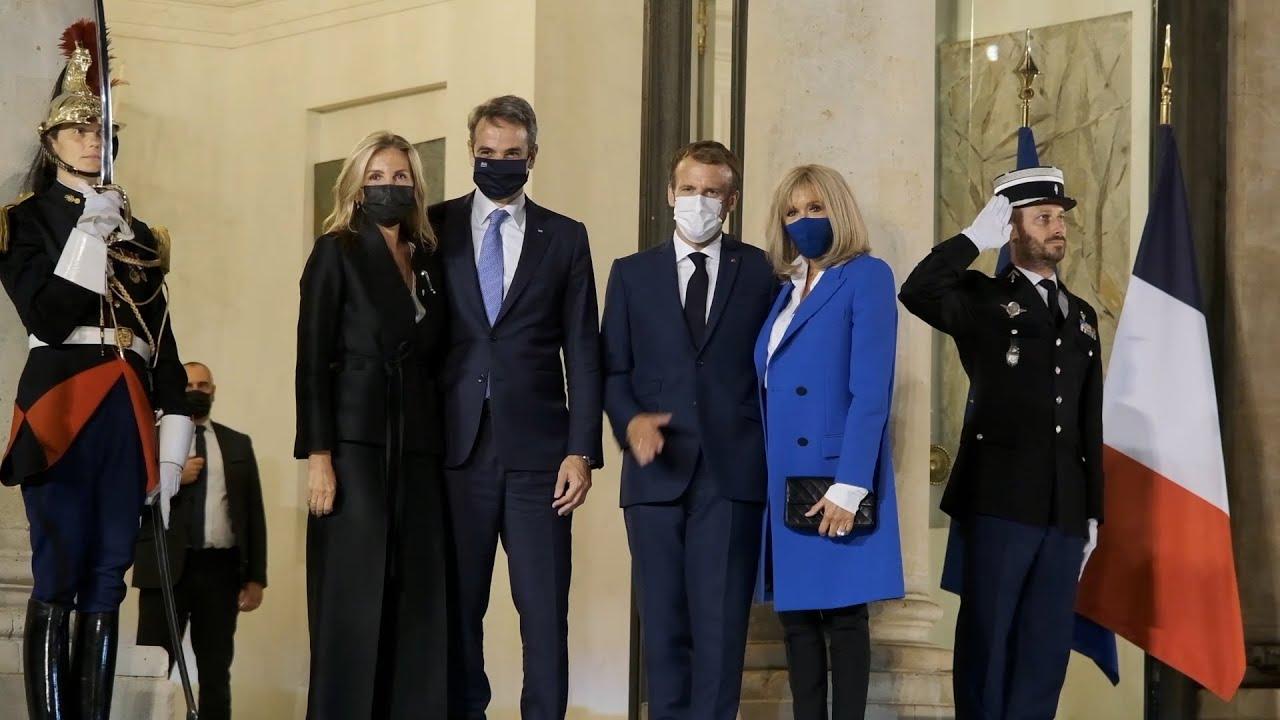Ο Κυριάκος Μητσοτάκης συμμετείχε στα εγκαίνια έκθεσης στο Λούβρο μαζί με τον Emmanuel Macron