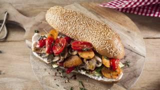 מתכון לסנדוויץ מפנק במיוחד בליווי של ירקות בסגנון אנטיפסטי