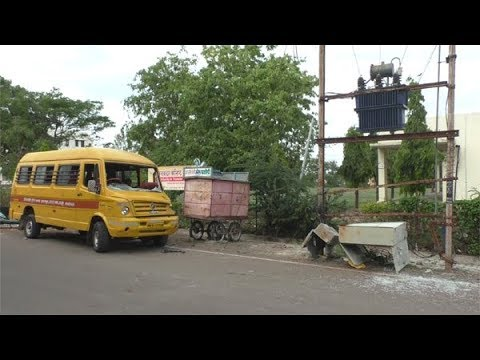 झाकीर हुसेन शाळेची बस धडकली डीपीला