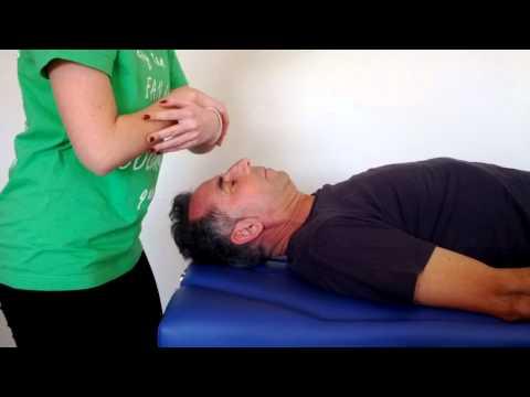 El exceso de líquido sinovial en la articulación de la rodilla