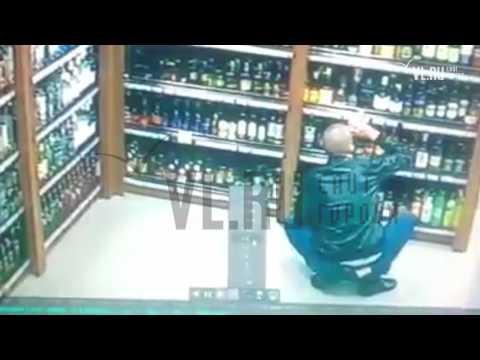 Житель Владивостока снова выпил бутылку водки в магазине и отказался платить