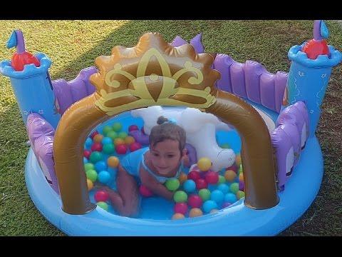 Детский надувной бассейн замок принцессы 🏯 👸Игра в бассейне. Видео для детей.