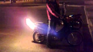 preview picture of video 'El lanzallamas de piquillin. honda biz tirando fuego por el escape.'