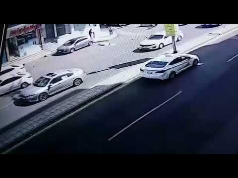 العرب اليوم - تصرف صادم لسائق صدم رجلاً وهو يحاول عبور الطريق بمكة