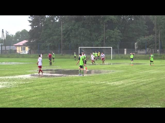 لاعب يفرح بطريقة مضحكة في ملعب مليء بمياه الأمطار