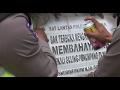 Download Video Inovasi Petugas Berikan Peringatan Pada Truk Muatan Barang Yang Mengangkut Orang - 86