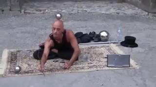 Уличный иллюзионист ломает все законы физики