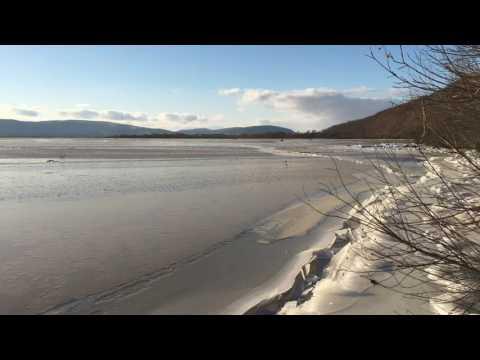 Река Амур замерзая, покрывается толстым