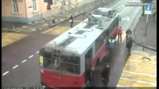 В Краснодаре выясняют обстоятельства аварии участием пешехода и троллейбуса