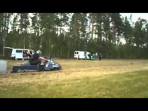 Moottorikelkka lähtee ko kuppa töölöstä