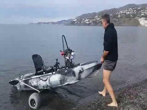 Carro de  transporte  y estabilizador para kayak en el mar.  Cabopesca. Pioneer Kayak.