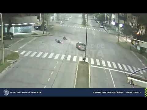 Sin heridos de gravedad, chocaron un auto y una moto en Diagonal 73