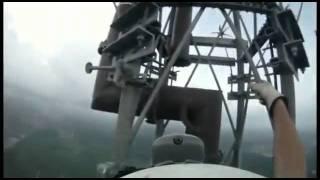 Монтажник на 540 метровой (1768 футов) вышке.