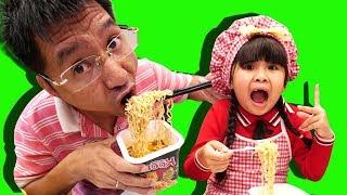 Be Bun Pretend Play Cooking w/ Kitchen Playset | Trò chơi nấu ăn Bé Bún bán mỳ tôm cho em bắp
