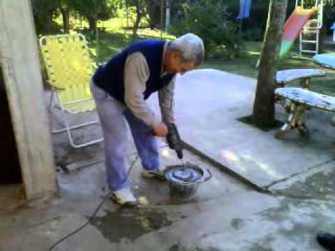 Albañil moderno preparando mezcla con taladro y agitador de batidora