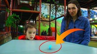 Видео для детей, играем с Аней в развлекательном центре (7 серия на KidsFM)