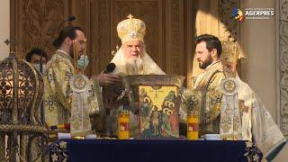 Bobotează 2021: Credincioşii - binecuvântaţi de Patriarh prin stropire cu Agheasma Mare; apa sfinţită - doar îmbuteliată