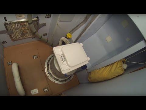 Один из важнейших навыков на МКС? Умение пользоваться туалетом