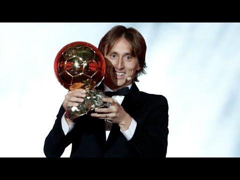 العرب اليوم - شاهد: الكرواتي لوكا مودريتش يتوج بجائزة الكرة الذهبية 2018