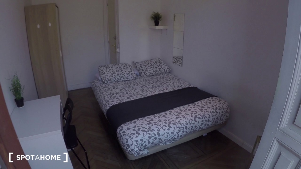 Room with balcony in shared apartment, Puerta del Sol