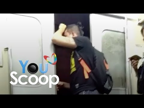 YouScoop: Lalaki, binuksan ang pintuan ng tren habang umaandar ito.