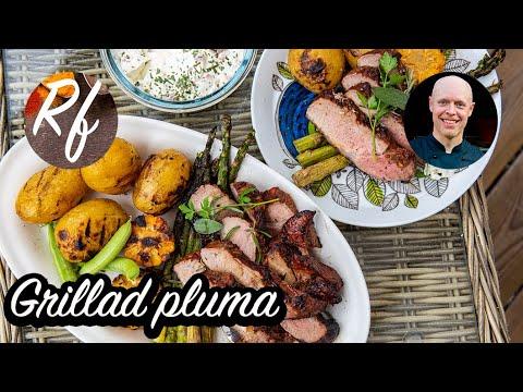 Grillad pluma är en bit fläsk- eller griskött som blir riktigt saftigt och mört. Här i god marinad ochförslag och tillbehör.>