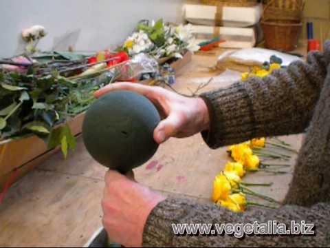 Come fare un addobbo floreale a sfera