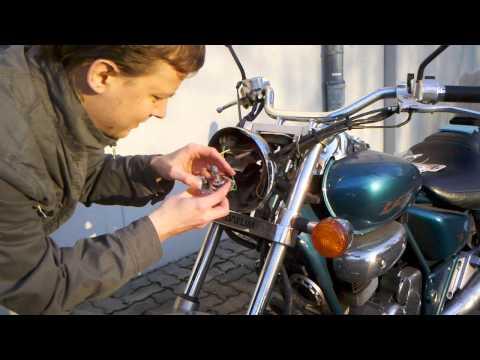 Motorrad Glühlampe H7 (Abblendlicht) wechseln - Einbau der Leuchtmittel