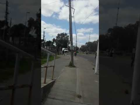 Video. Un poste con una cámara de seguridad está a punto de caer en 122 entre 51 y 53