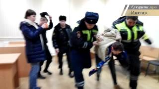 Напавшую на полицейских ижевчанку Елену Ляшенко отправили в изолятор