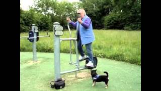 Fred en Flora aan het sporten in park Sneek.